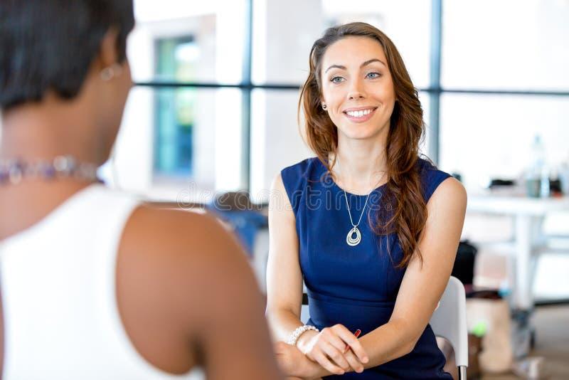Download Ungt Affärskvinnasammanträde På Skrivbordet Och Arbete Arkivfoto - Bild av jobb, kvinnlig: 78730064