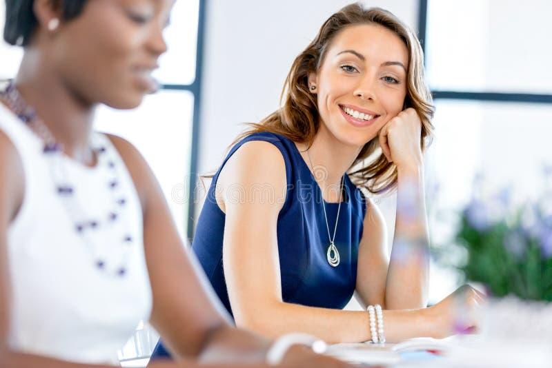 Download Ungt Affärskvinnasammanträde På Skrivbordet Och Arbete Fotografering för Bildbyråer - Bild av livsstil, inomhus: 78730419