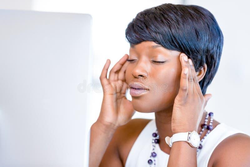 Download Ungt Affärskvinnasammanträde På Skrivbordet Och Arbete Arkivfoto - Bild av kontor, modernt: 78730700