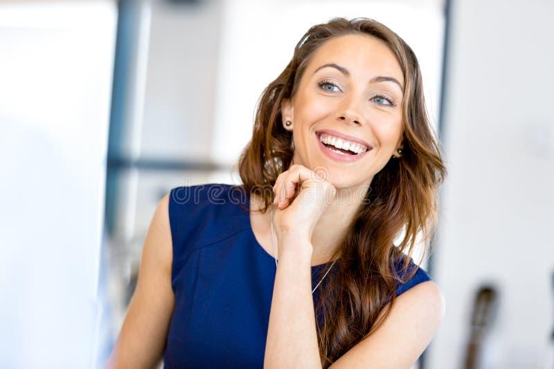 Download Ungt Affärskvinnasammanträde På Skrivbordet Och Arbete Fotografering för Bildbyråer - Bild av modell, lyckligt: 78730991