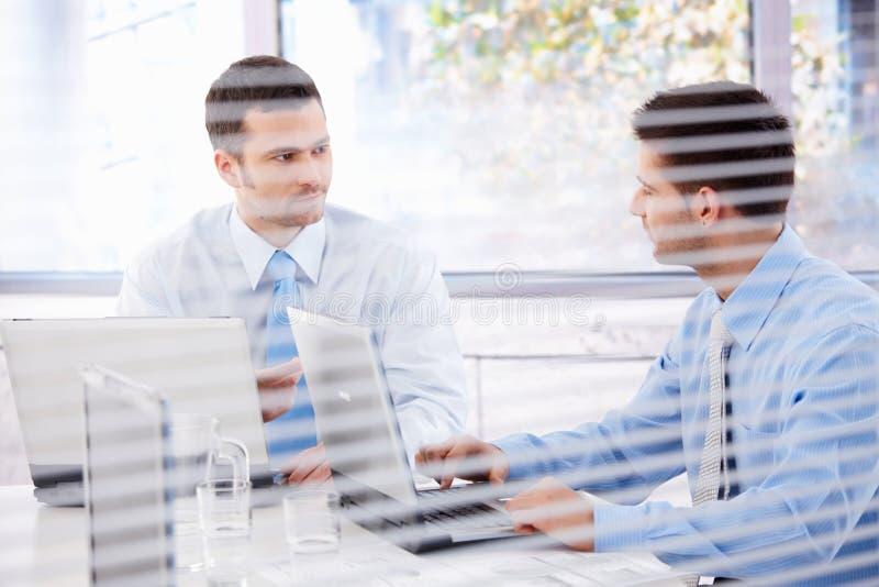 Ungt affärsmanarbete i ljust kontor arkivfoton