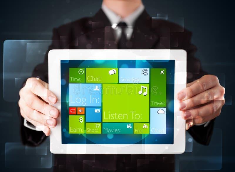Affärsmaninnehav en tablet med fungerande sy för modern programvara fotografering för bildbyråer