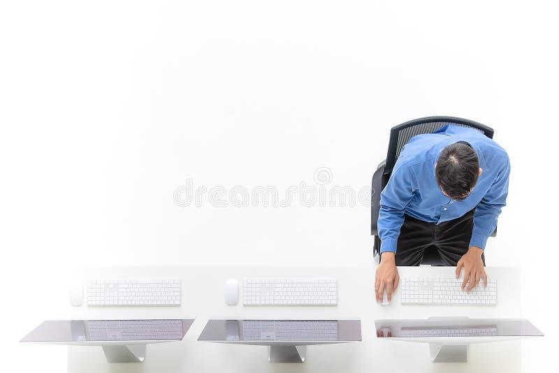Ungt affärsmansammanträde i kontoret med den moderna datoren, ta royaltyfri bild
