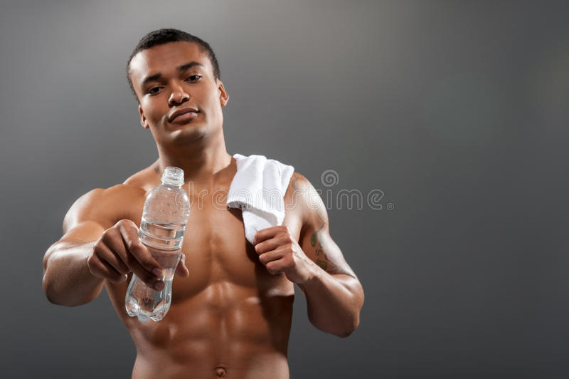 Ungt Africana idrottsmandricksvatten after royaltyfria foton