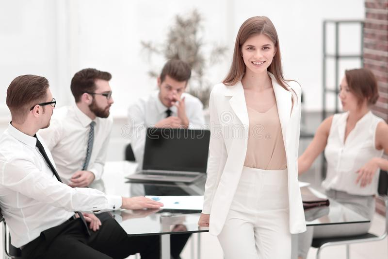 Ungt anseende för affärskvinna nära hennes skrivbord arkivfoton