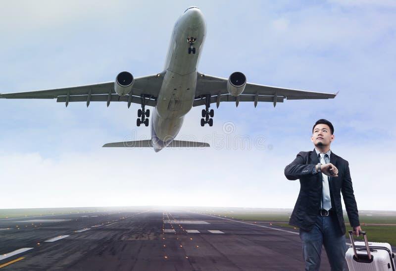 Ungt anseende för affärsman i flygplatslandningsbanor med att höra hemma lu fotografering för bildbyråer