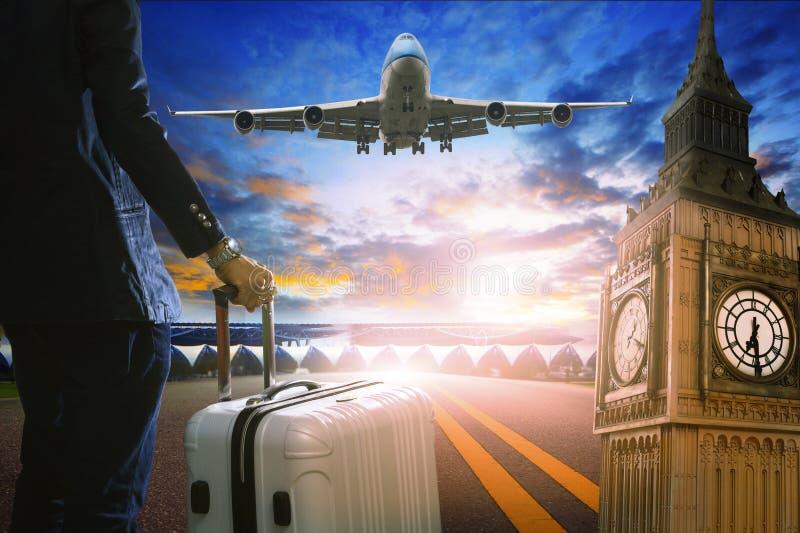 Ungt anseende för affärsman med bagage på stads- flygplatslandningsbana arkivbild