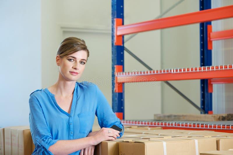 Ungt anseende för kvinnlig arbetare i lager royaltyfria foton