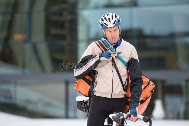 Ungt använda för kurirDelivery Man With cykel arkivbilder