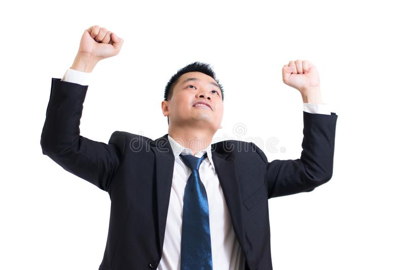 Ungt asiatiskt fira för affärsman som är lyckat Lycklig affärsman och leende med armar upp, medan stå på vit bakgrund royaltyfria bilder
