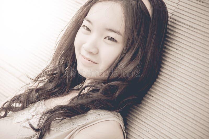 Ungt asiatiskt kinesiskt le för kvinna royaltyfri fotografi