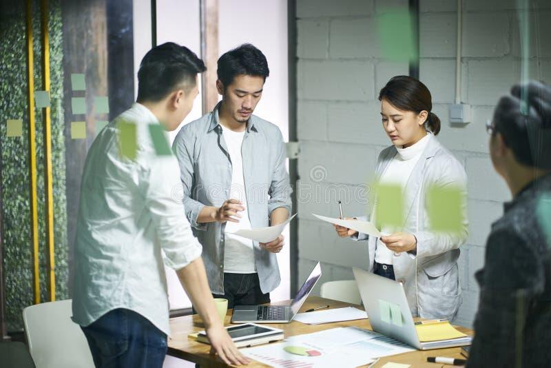 Ungt asiatiskt möte för affärslagfolk i regeringsställning royaltyfria bilder
