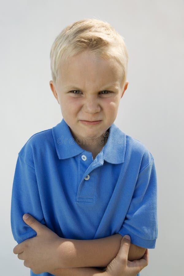 Ungt att glo för pojke arkivfoto