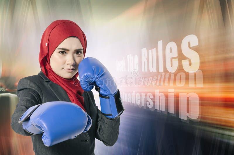 Ungt attraktivt businesswonan med boxninghandsken som är klar att starta hennes nya karriär royaltyfri fotografi