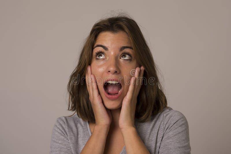 Ungt attraktivt och härligt le för kvinna som är upphetsat och som är lyckligt i trevlig chock och överraskning arkivfoton