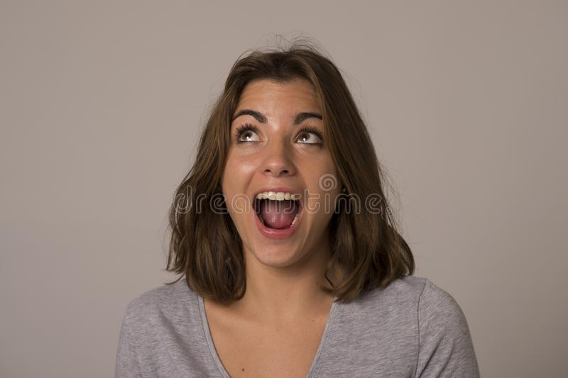 Ungt attraktivt och härligt le för kvinna som är upphetsat och som är lyckligt i trevlig chock och överraskning royaltyfri foto