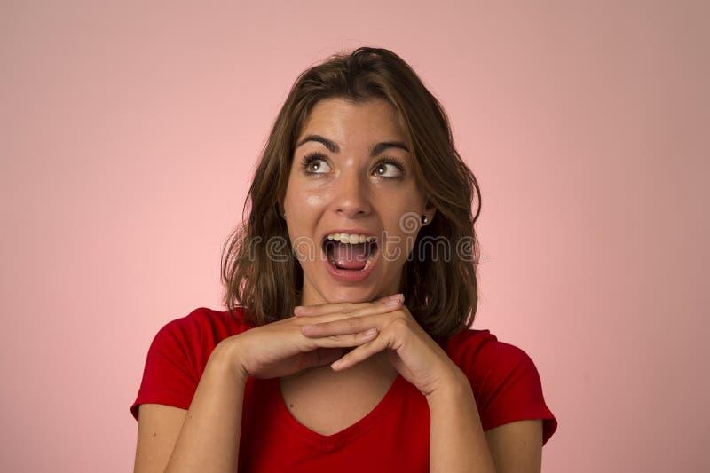 Ungt attraktivt och härligt le för kvinna som är upphetsat och som är lyckligt i trevlig chock- och överraskningvisningrealitet o fotografering för bildbyråer