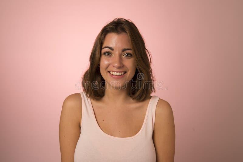 Ungt attraktivt och härligt skratta för kvinna som är lyckligt i trevlig chock- och överraskningvisningrealitet och vänlig framsi royaltyfria bilder