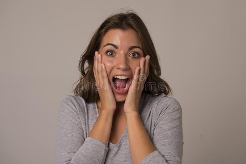 Ungt attraktivt och härligt skrika för kvinna som är upphetsat och som är lyckligt i trevlig chock- och överraskningvisningrealit arkivfoto