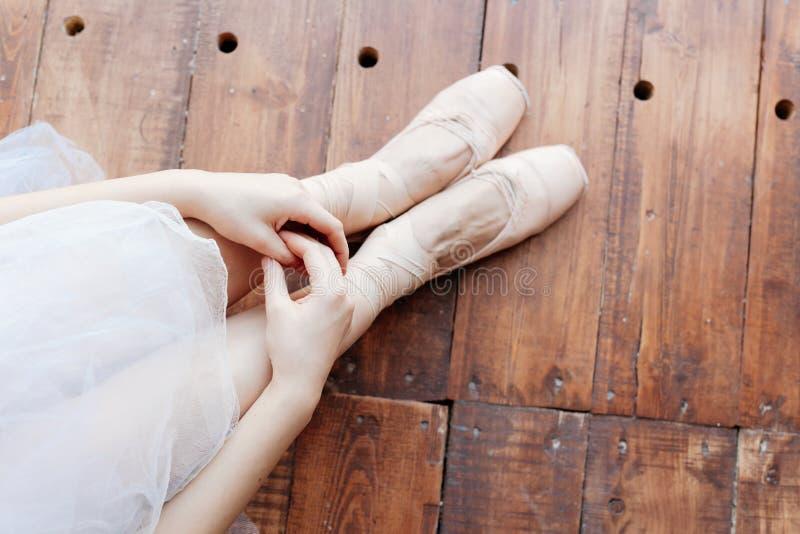 Ungt ballerinaanseende på poite på barren i balettgrupp royaltyfri fotografi