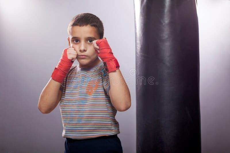 Ungt barn med boxning arkivbilder