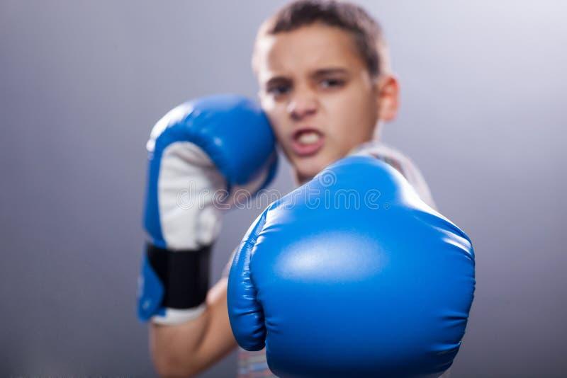 Ungt barn med boxninghandskar arkivbilder