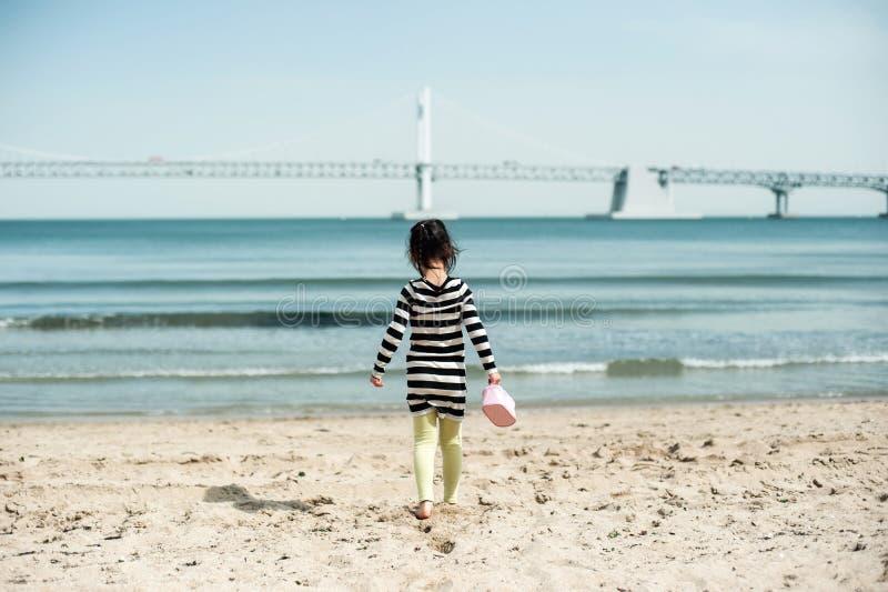 Ungt barn som går i försommarhavssanden, Korea Gwangalli royaltyfri foto
