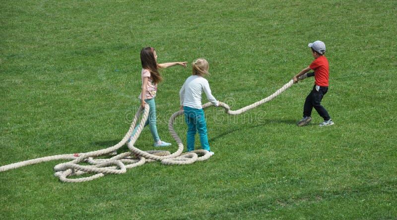 Ungt barnlek med ett rep arkivbild