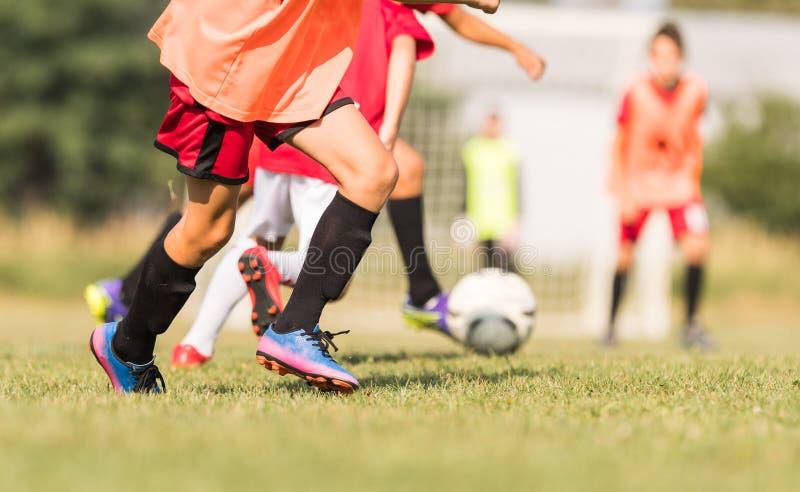 Ungt barnspelare på fotbollsmatchen arkivfoton