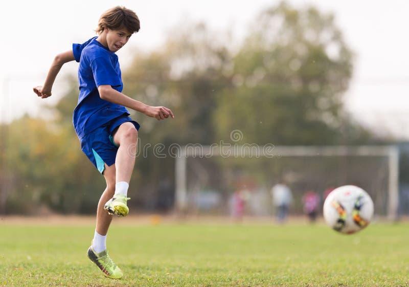 Ungt barnspelare på fotbollsmatchen fotografering för bildbyråer