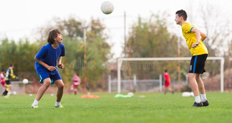 Ungt barnspelare på fotbollsmatchen arkivbild