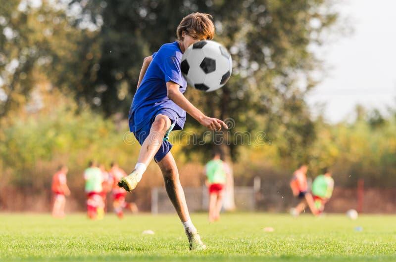 Ungt barnspelare på fotbollsmatchfältet arkivfoto