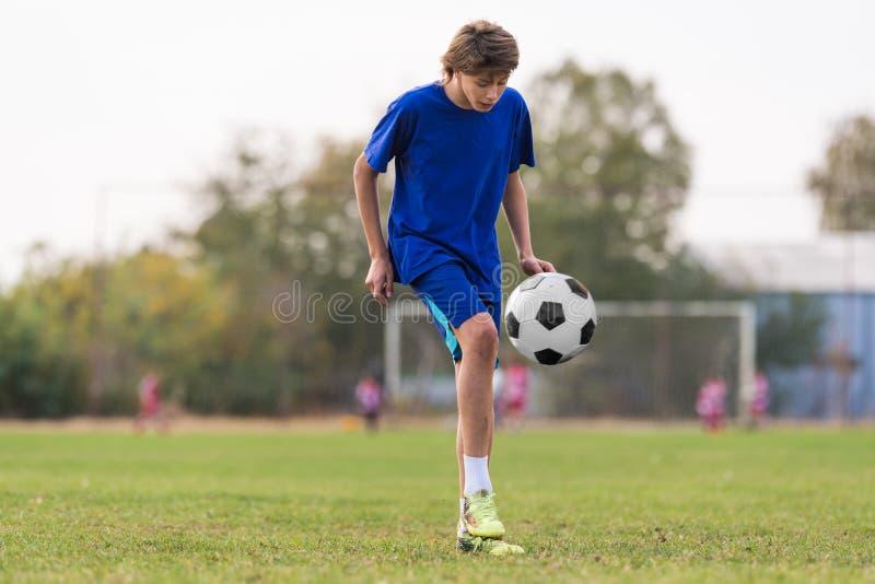 Ungt barnspelare på fotbollsmatchfältet arkivfoton