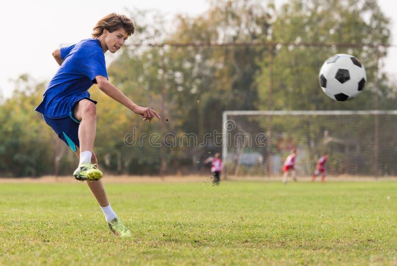 Ungt barnspelare på fotbollsmatchfältet royaltyfri foto