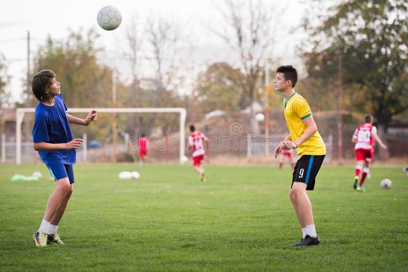 Ungt barnspelare på fotbollsmatchfältet royaltyfri fotografi