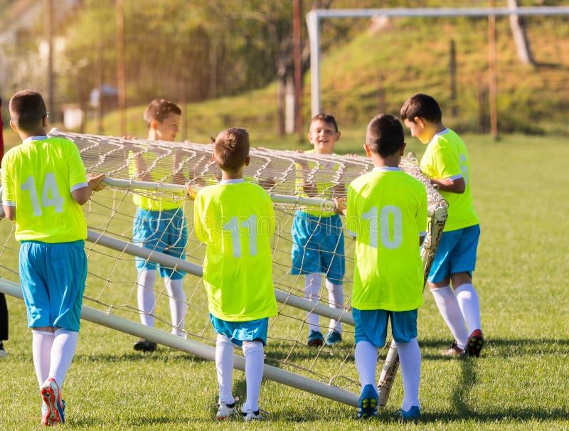 Ungt barnspelare som förbereder sig för fotbollsmatch på fotboll fi royaltyfri fotografi