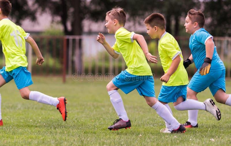 Ungt barnspelarefotbollsmatch på fotbollfält fotografering för bildbyråer