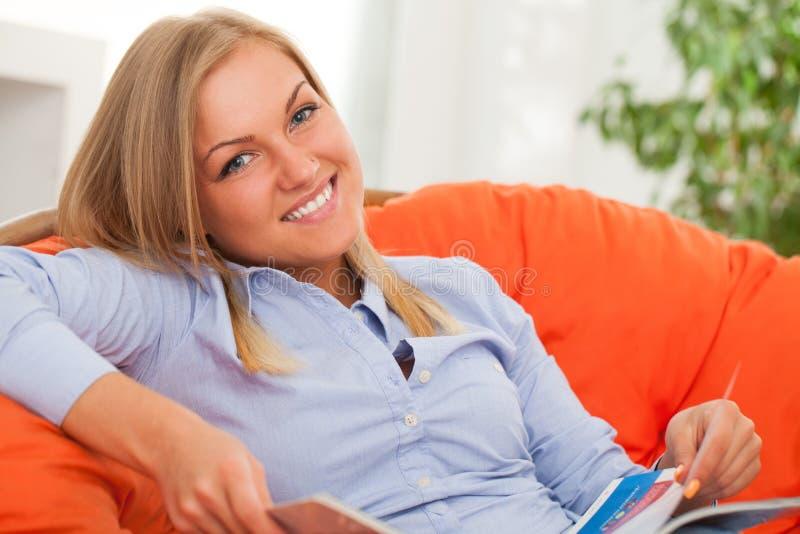 Ungt blont le för kvinna arkivfoto