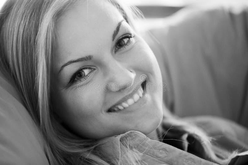Ungt blont le för kvinna royaltyfri fotografi