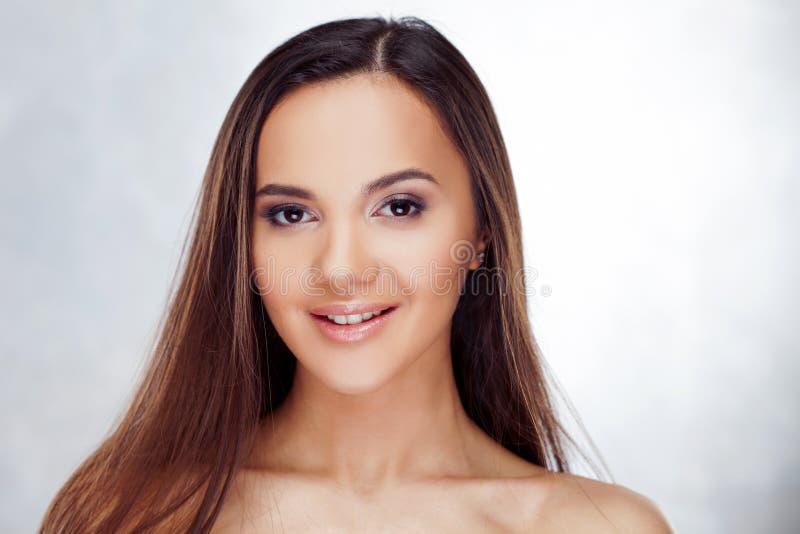 Ungt charmigt le för brunett Skönhetstående av en ung härlig kvinna arkivbild