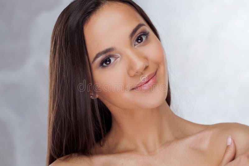 Ungt charmigt le för brunett Skönhetstående av en ung härlig kvinna royaltyfria foton