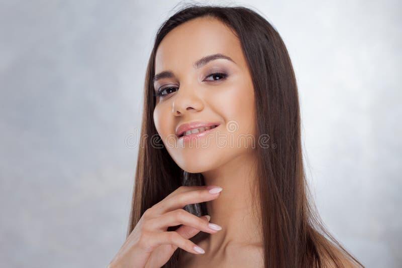 Ungt charmigt le för brunett Skönhetstående av en ung härlig kvinna arkivbilder