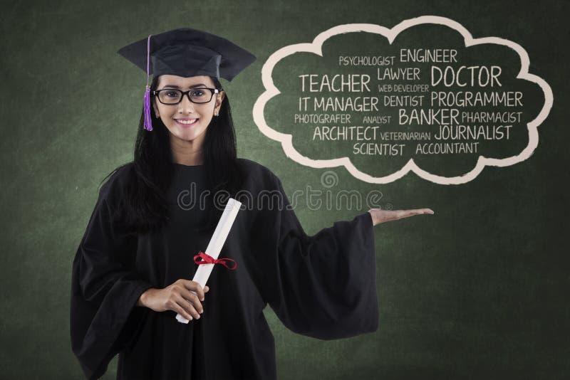 Ungt diplom som visar hennes ambition royaltyfria bilder