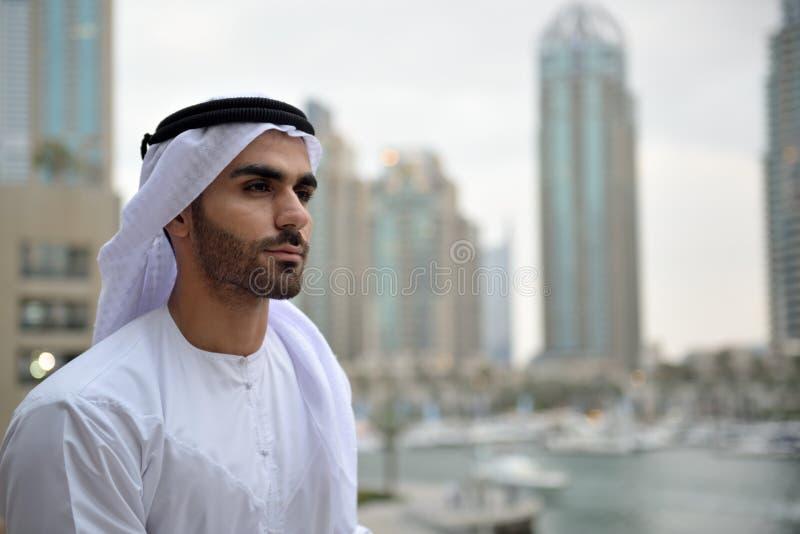 Ungt Emirati arabiskt mananseende vid kanalen fotografering för bildbyråer