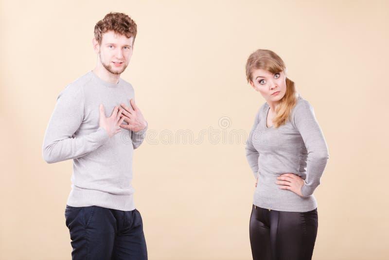 Ungt emotionellt argumentera för par fotografering för bildbyråer