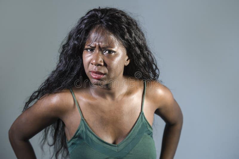 Ungt förargat och ilsket göra en gest agiterat och pissat se för härlig och stressad svart afrikansk amerikankvinnakänsla galet o arkivfoto