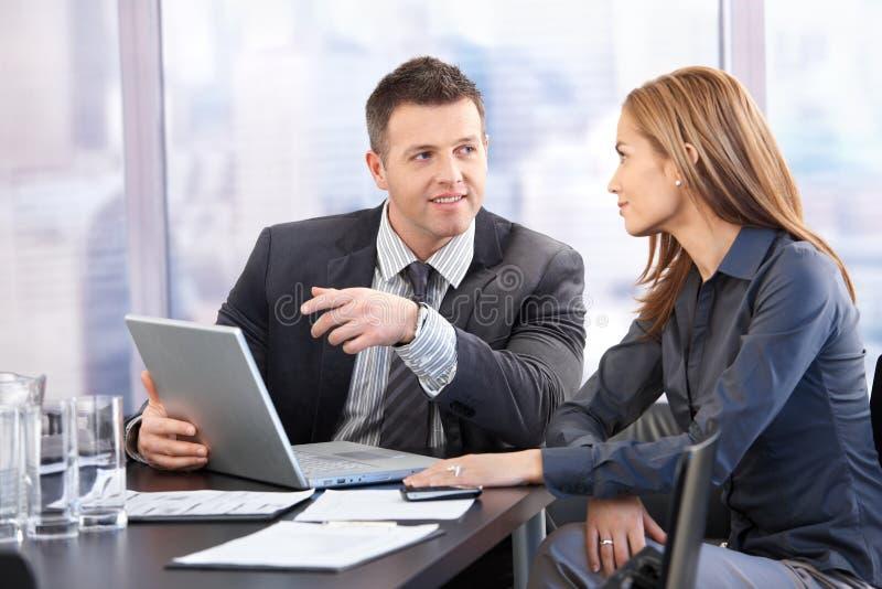 Ungt förhandla för businesspeople arkivbild