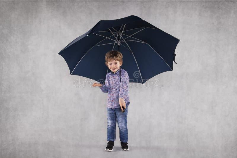 Ungt försäkringmedel under paraplyer, kopieringsutrymme fotografering för bildbyråer