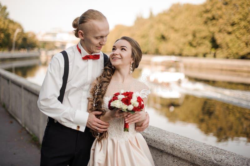 Ungt gift par som promenerar flodbanken arkivbilder