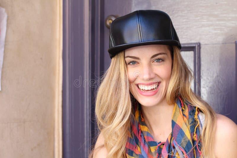 Ungt gladlynt blont le för tonårs- flicka royaltyfri fotografi